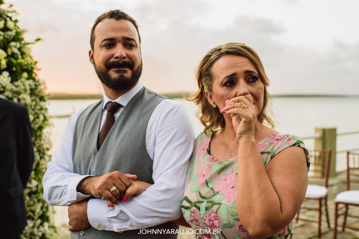 emoção entre o noivo e sua mãe durante a chegada da noiva