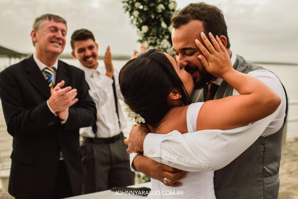 um dos momentos mais esperado durante a cerimonia de casamento o beijo dos noivos e já casados