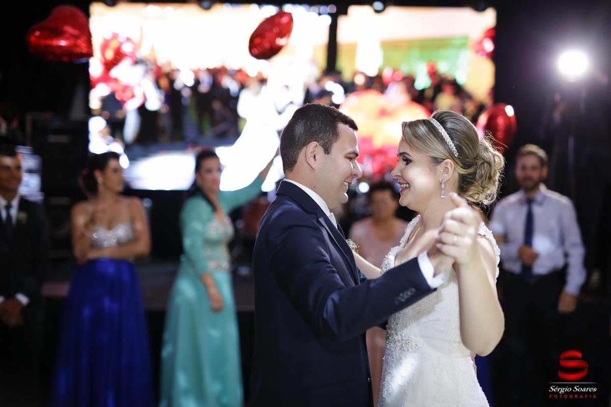 Polyana e Devarie dançando apaixonadamente em frente às lentes do fotógrafo de casamento Cuiabá MT na festa animada do casal