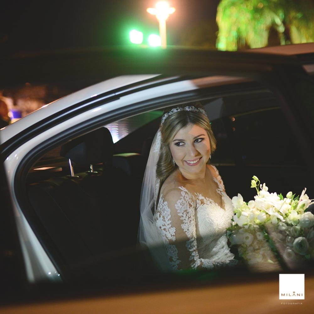 A noiva Mariana descendo do carro em Presidente Prudente