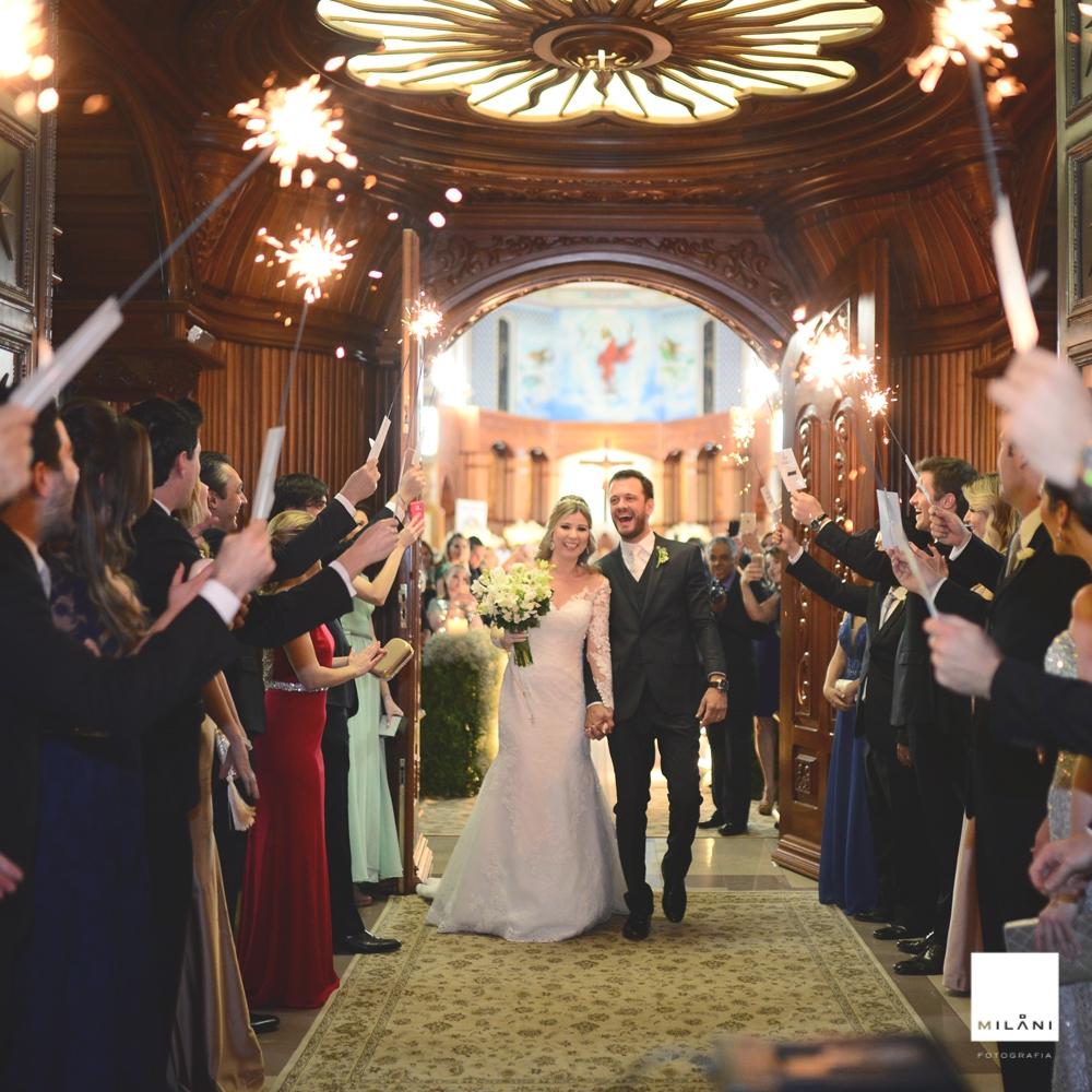 Casal saindo da igreja felizes registrado pelo fotógrafo de casamento Ribeirão Preto SP Ricardo Milani numa bela cerimônia