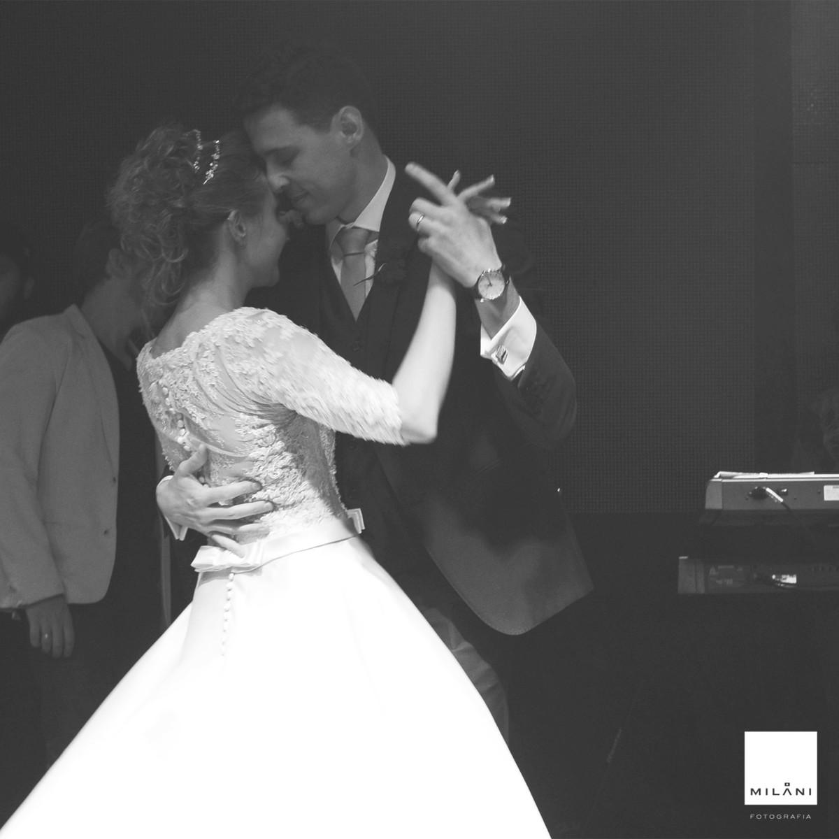 Noivo dança com a noiva na pista de dança