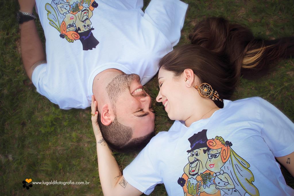 Casal  apaixonado em seu ensaio pré-wedding em Piracicaba SP registrado por Lu Galdi Fotografia , no bairro  Monte Alegre .