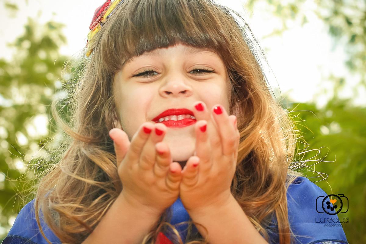 Mini Ensaio Infantil , da pequena Mariana , por Lu Galdi Fotografia , na cidade de Piracicaba/SP, em Parque da Rua do Porto , ensaio infantil , lindo , animado , tema da Branca de Neve