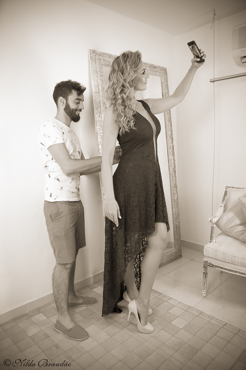 Vinicius Caspar dando ultimos retoques no vestido para foto, momento de descontração.
