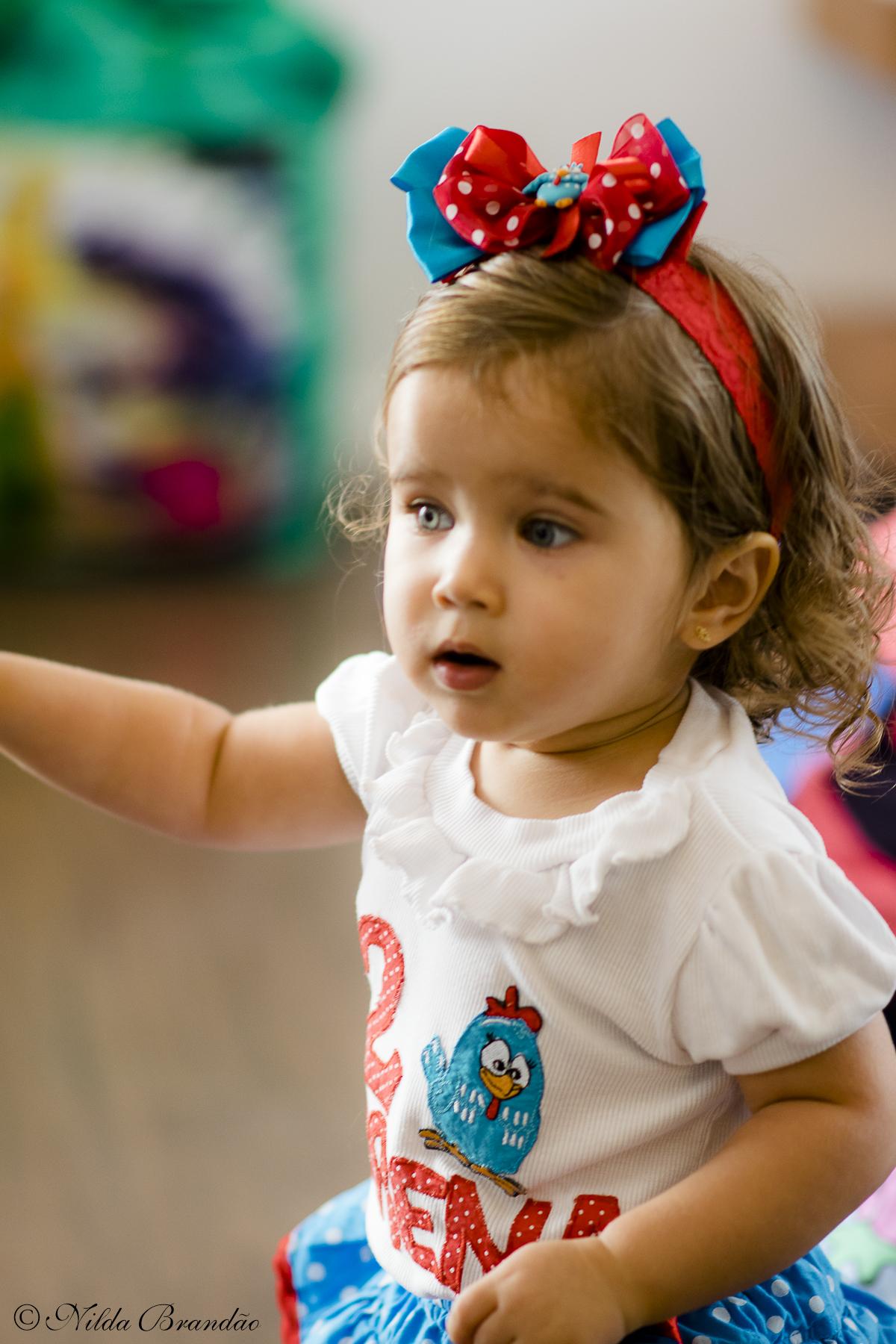 A Lorena fez dois anos e seus pais fizeram a festa com tema Galinha Pintadinha para ela.