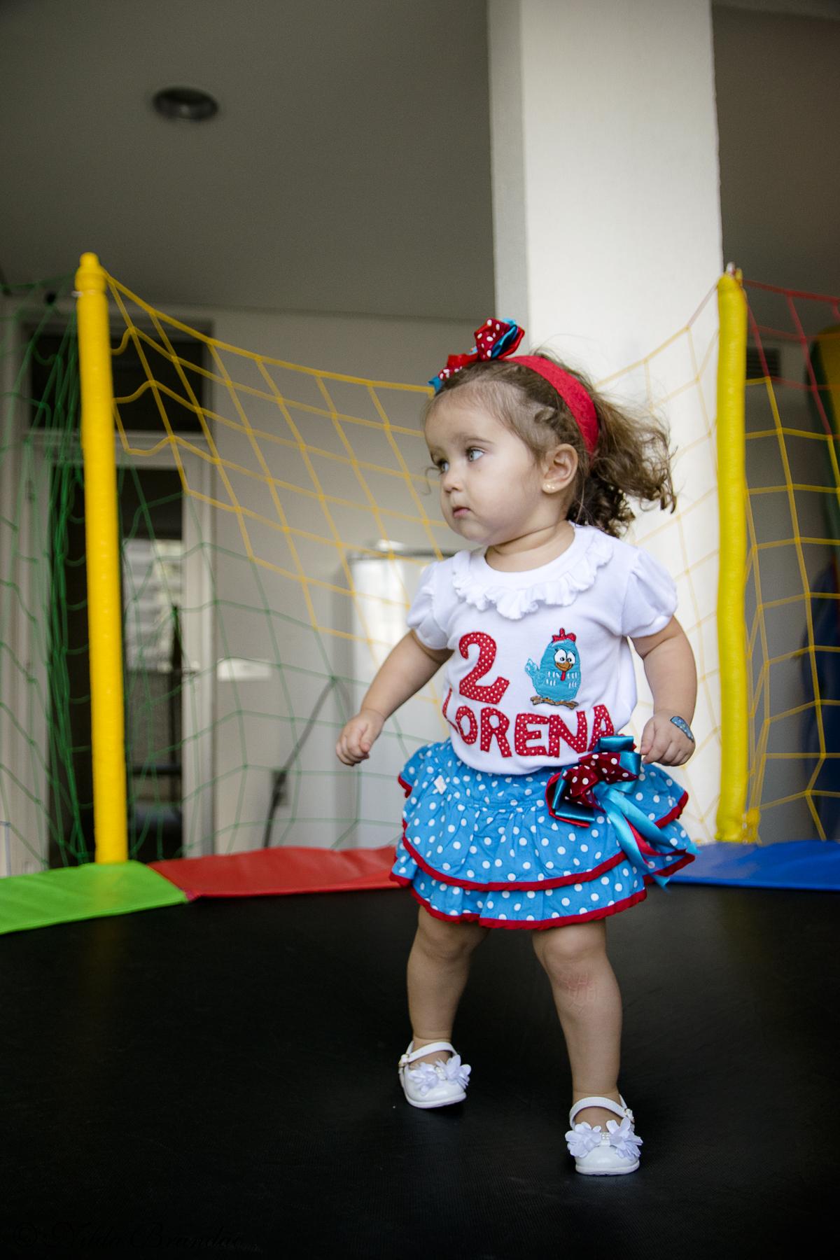 Lorena brincando no pula pula na sua festinha de aniversário