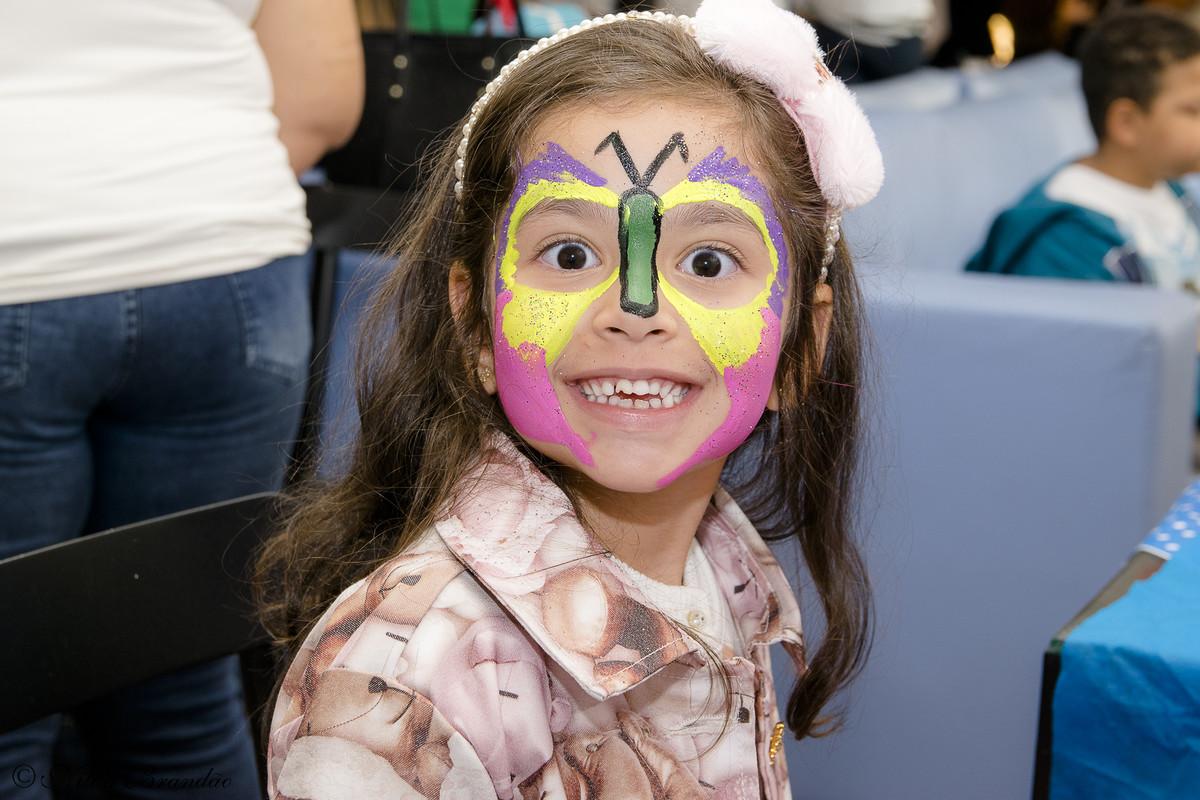 Adoramos pintar o rosto! convidada se diverte na festinha da Lorena.