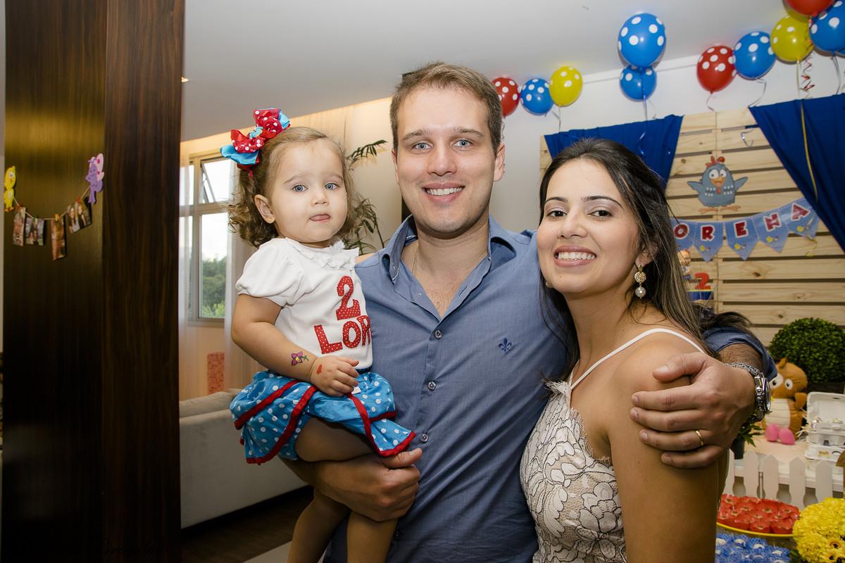 Papais orgulhosos posam para foto na festinha de aniversario da Lorena.