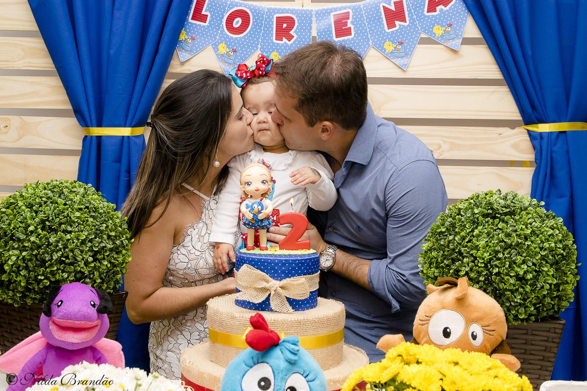 Lorena ganha beijos do papai e da mamãe