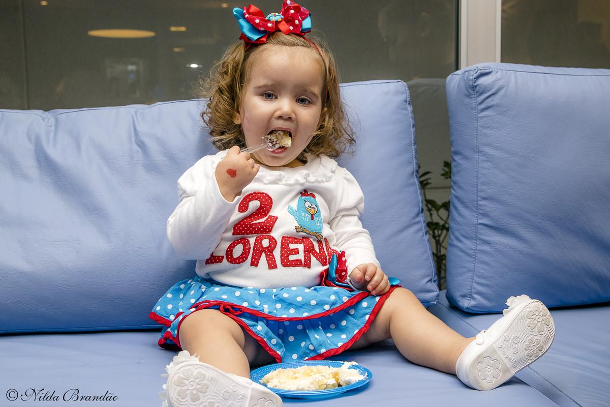 Comendo o bolo de aniversario, que delicia!!
