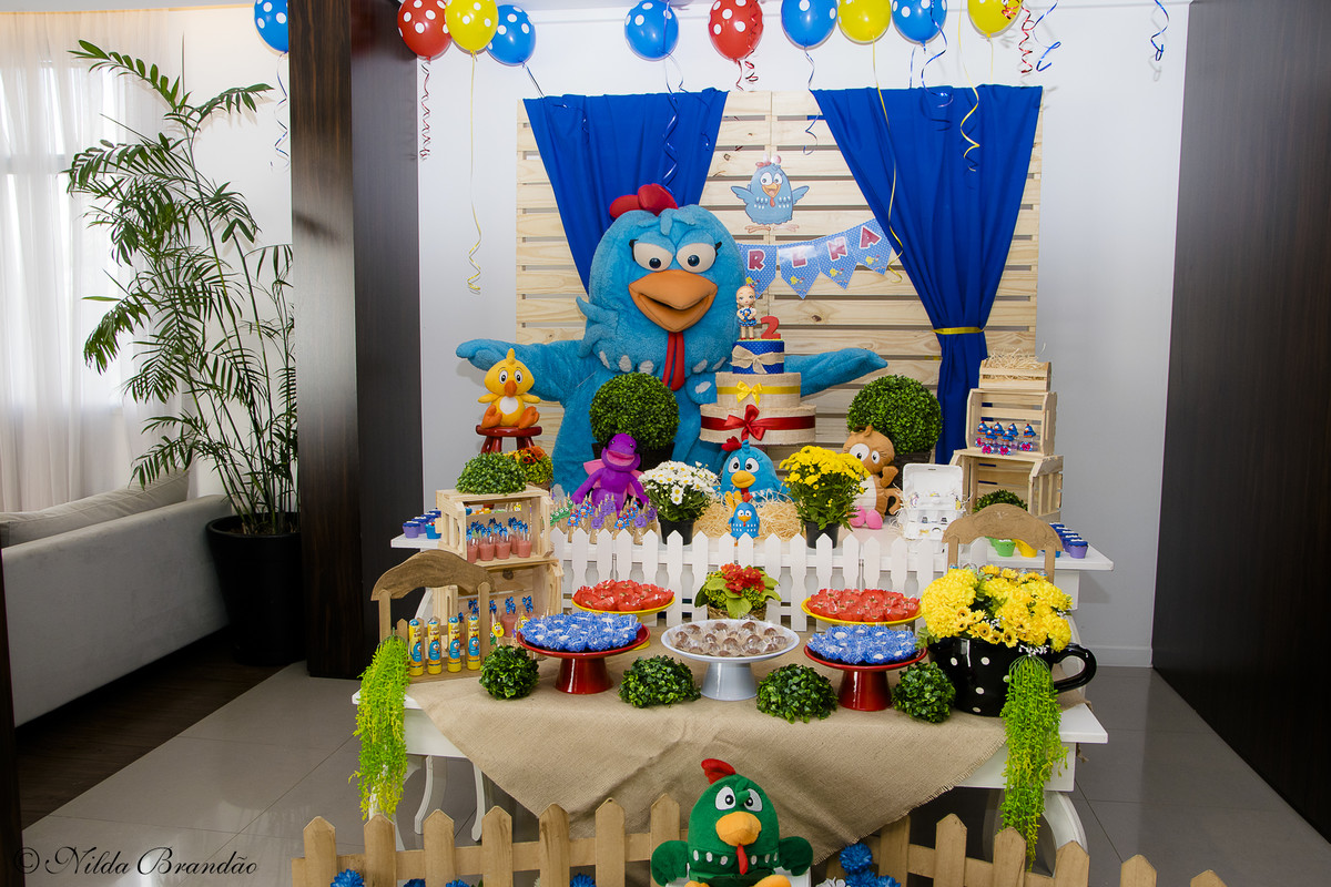 Olha lá a galinha posando na mesa do bolo! maior sucesso entre as crianças.