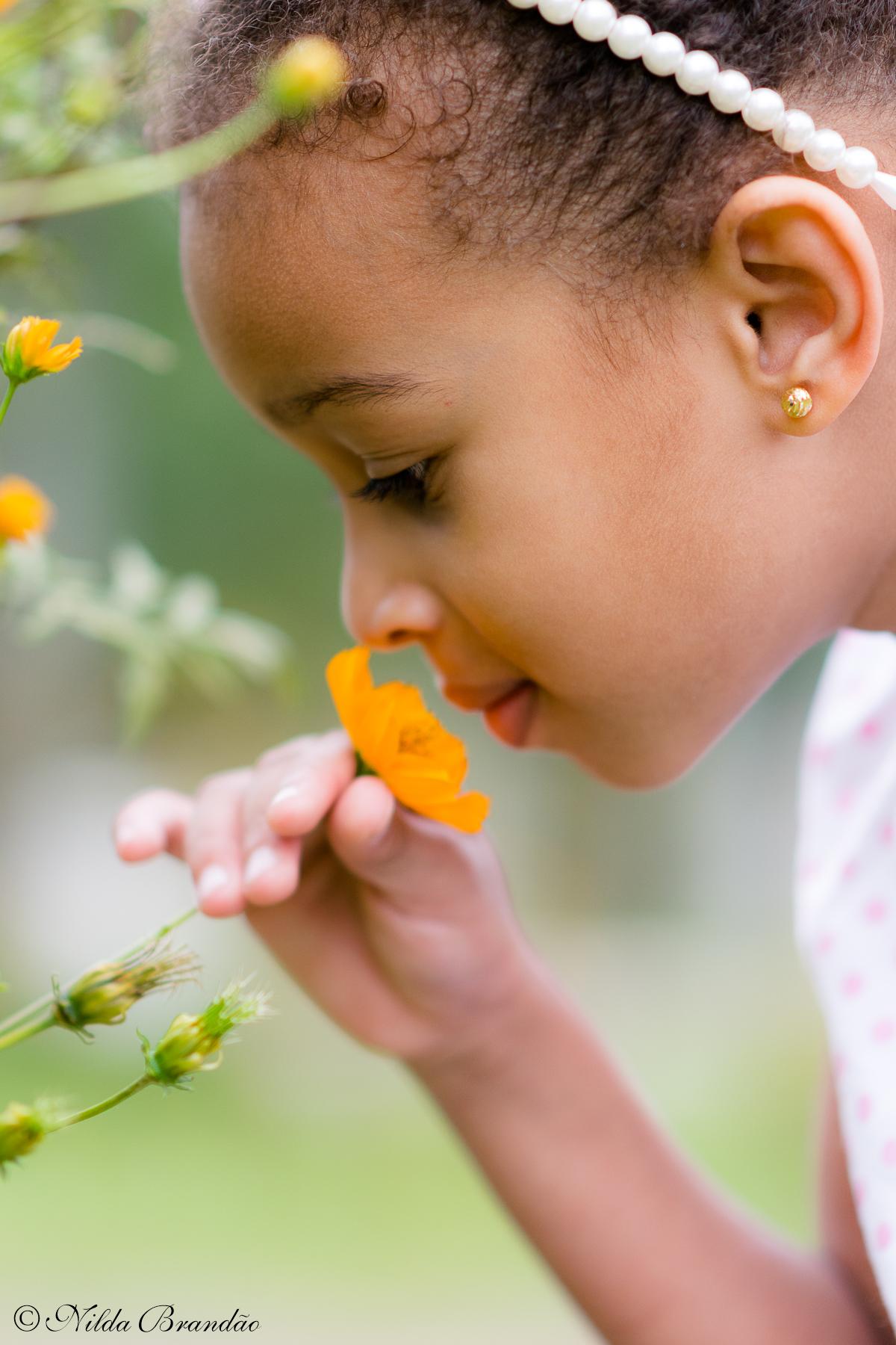 Cheirando uma flor no parque, o ensaio da Julia foi só ternura.
