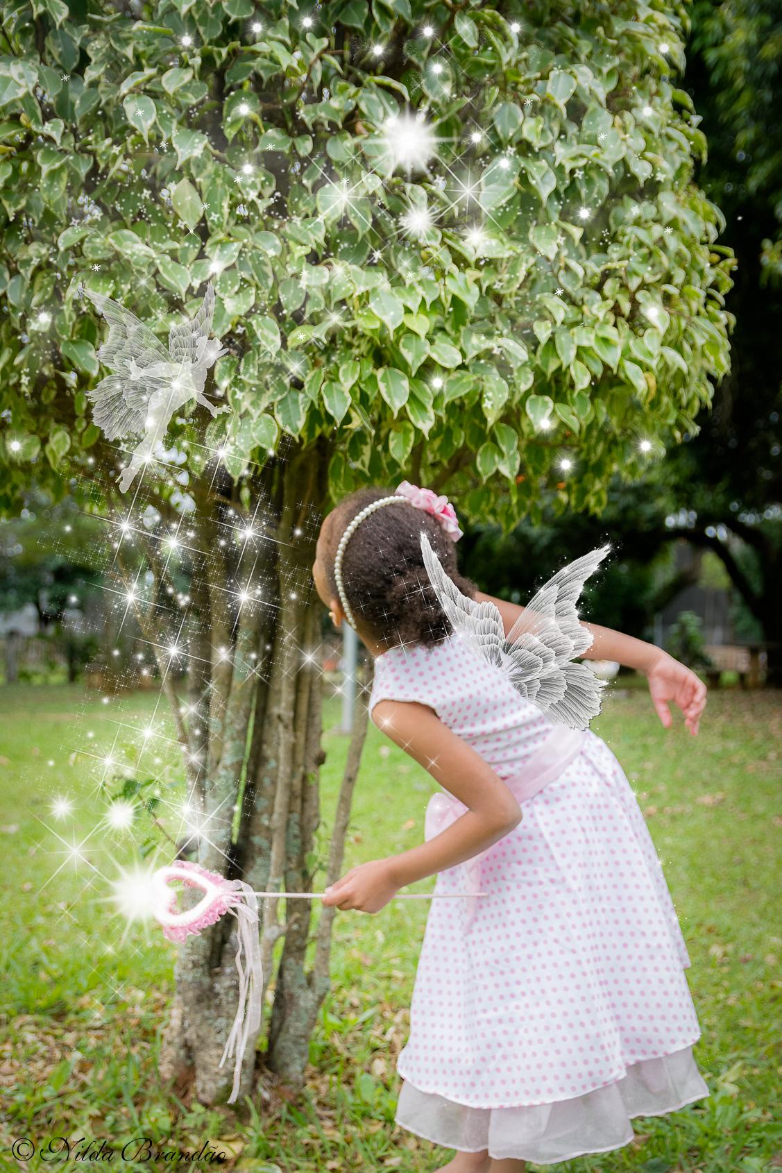Ensaio infantil de fantasia, Julia faz aparecer uma fadinha com sua varinha magica.