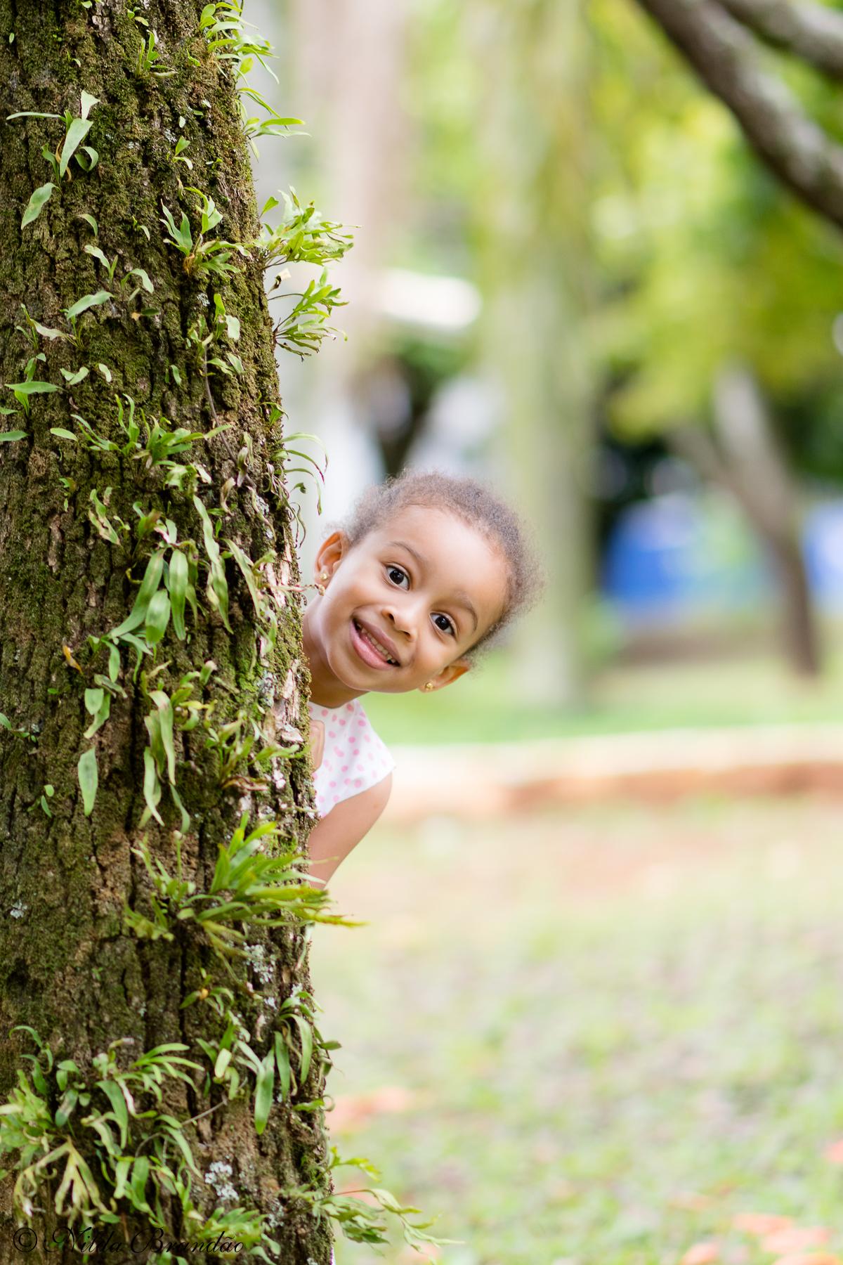 Brincando de esconder. Ensaio infantil da Julia no parque ceret em São Paulo