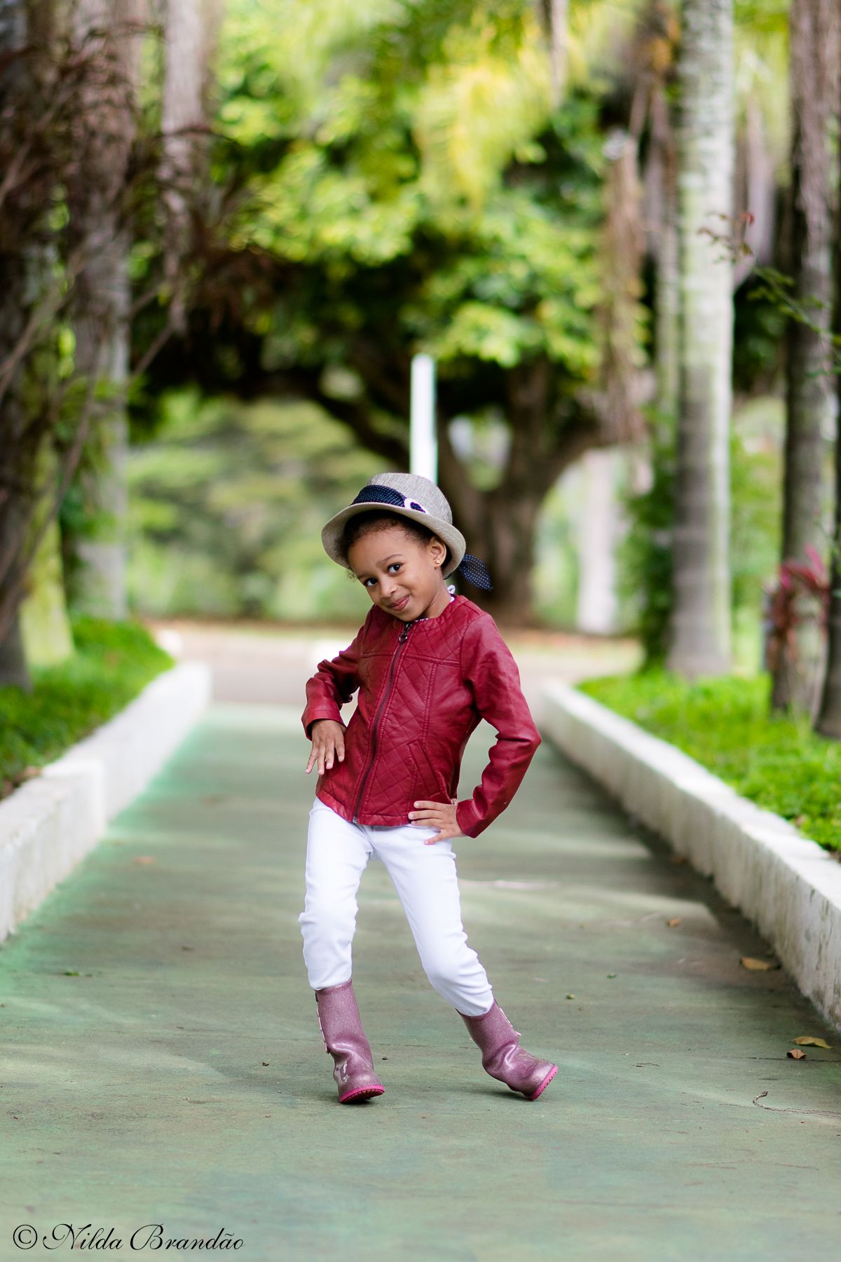 Fazendo poses de modelo, menina fashion e estilosa.