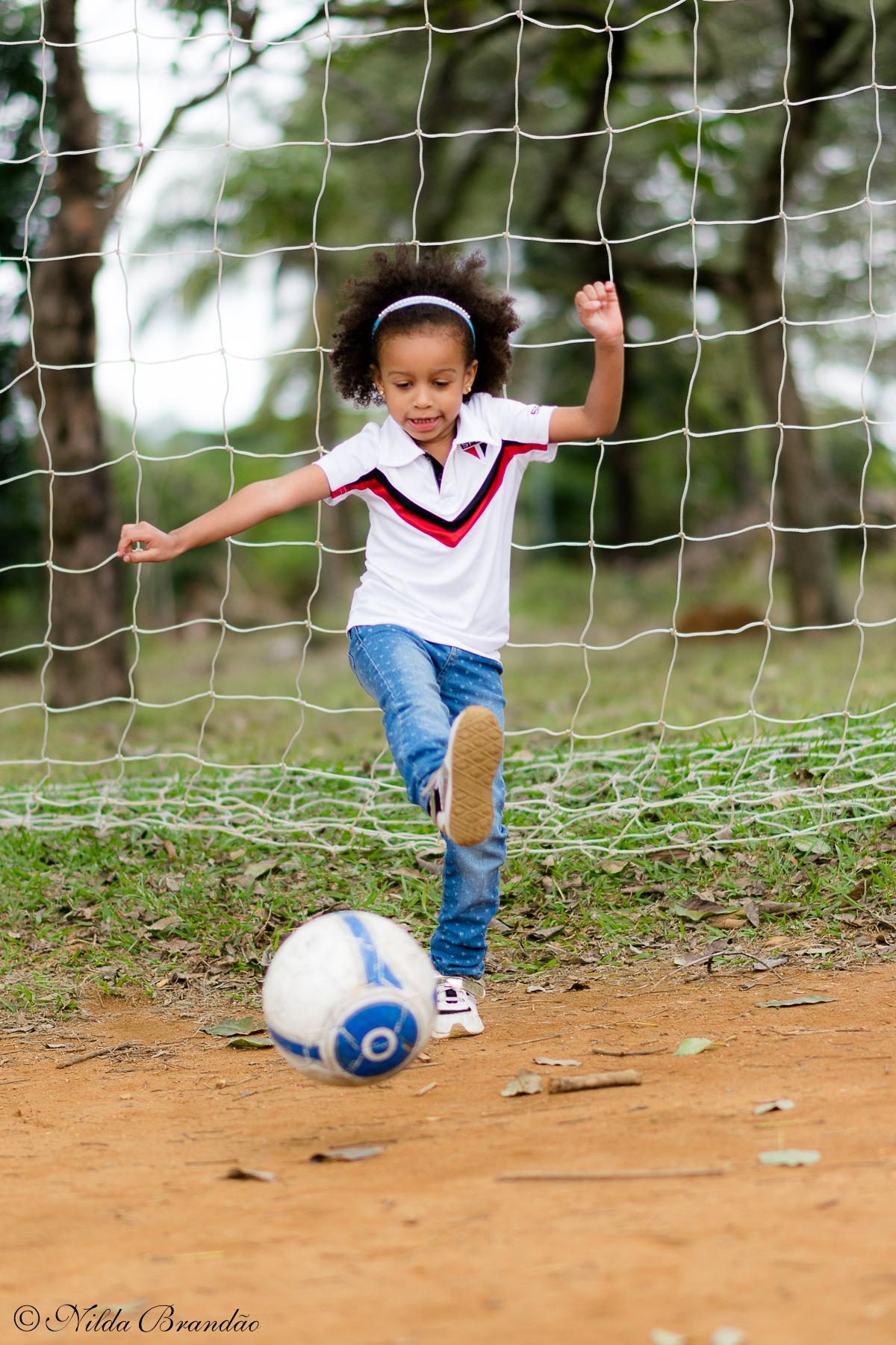 Posando com a camiseta do São Paulo, time do coração do papai. Porque meninas podem fazer o que quiser.
