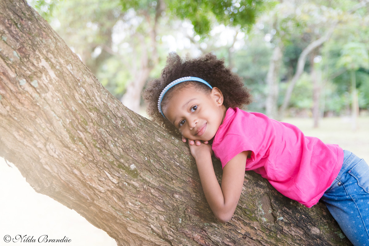 Subindo em árvores, no ensaio infantil da Julia.