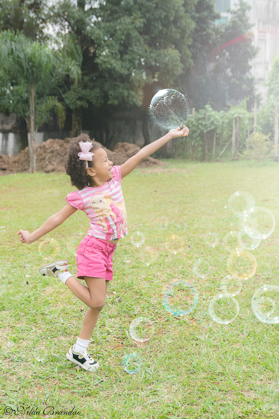 Meninas também podem ser molecas - Julia brincando com bolinhas de sabão no seu ensaio infantil