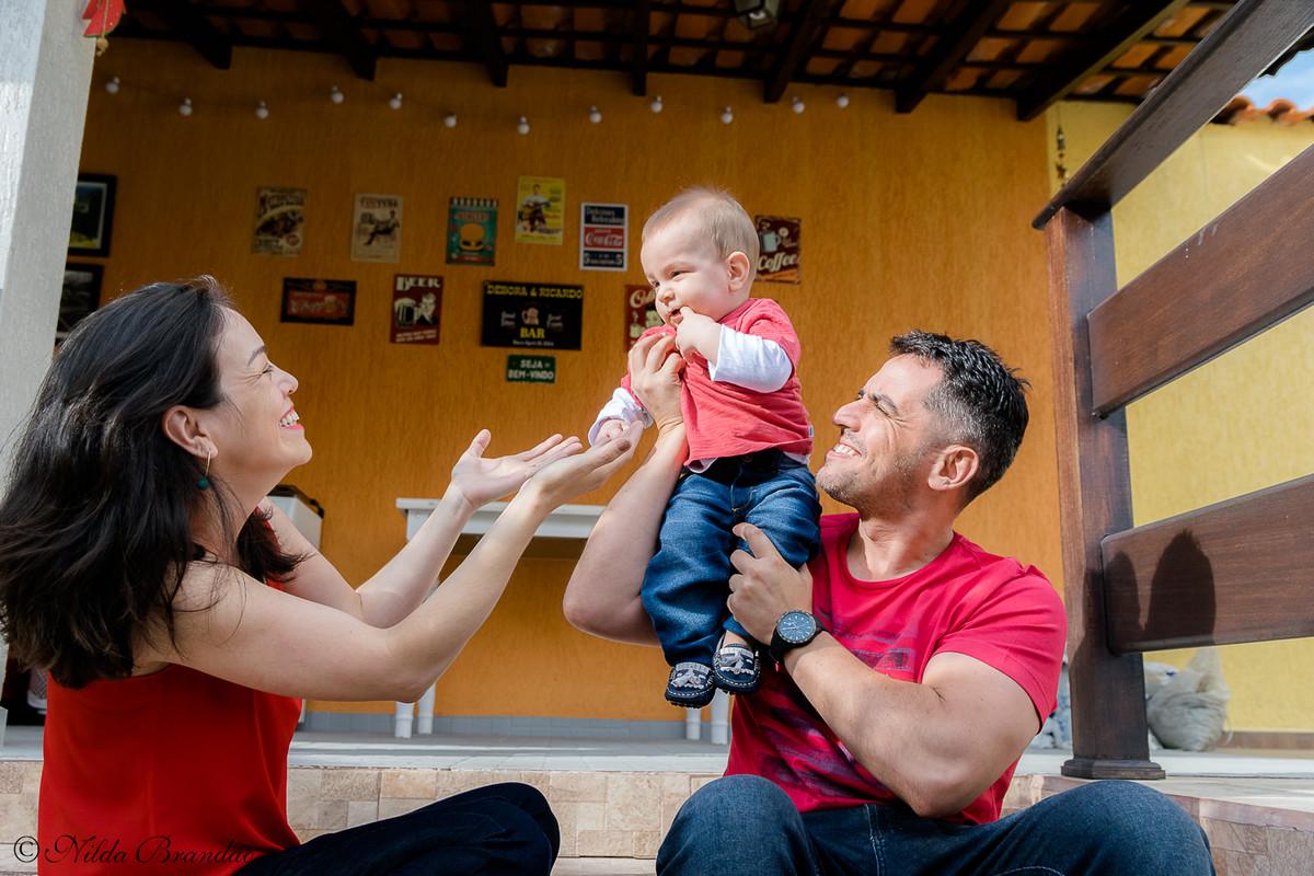 Fazer fotografias acompanhando mensalmente o crescimento do bebê é uma forma linda de recordação do primeiro ano de vida.
