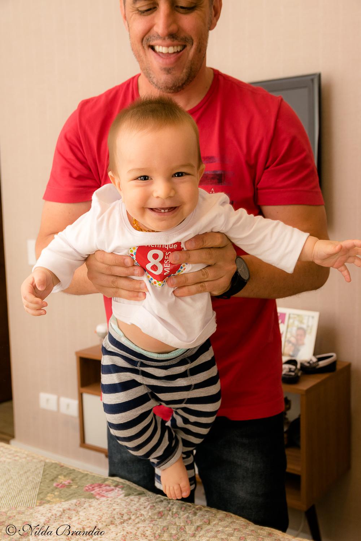 Papai brinca com bebê.Fazer fotografias acompanhando mensalmente o crescimento do bebê é uma forma linda de recordação do primeiro ano de vida.