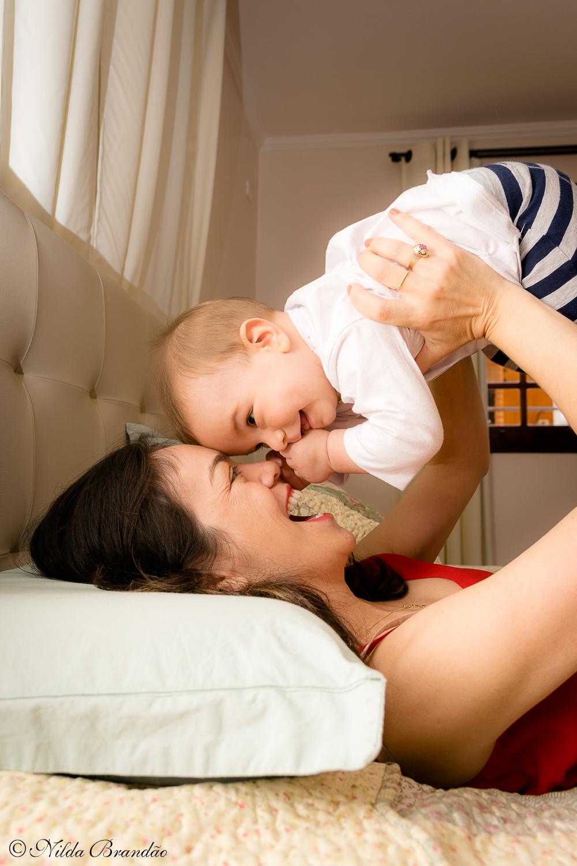 Carinho de mãe. Fazer fotografias acompanhando mensalmente o crescimento do bebê é uma forma linda de recordação do primeiro ano de vida.
