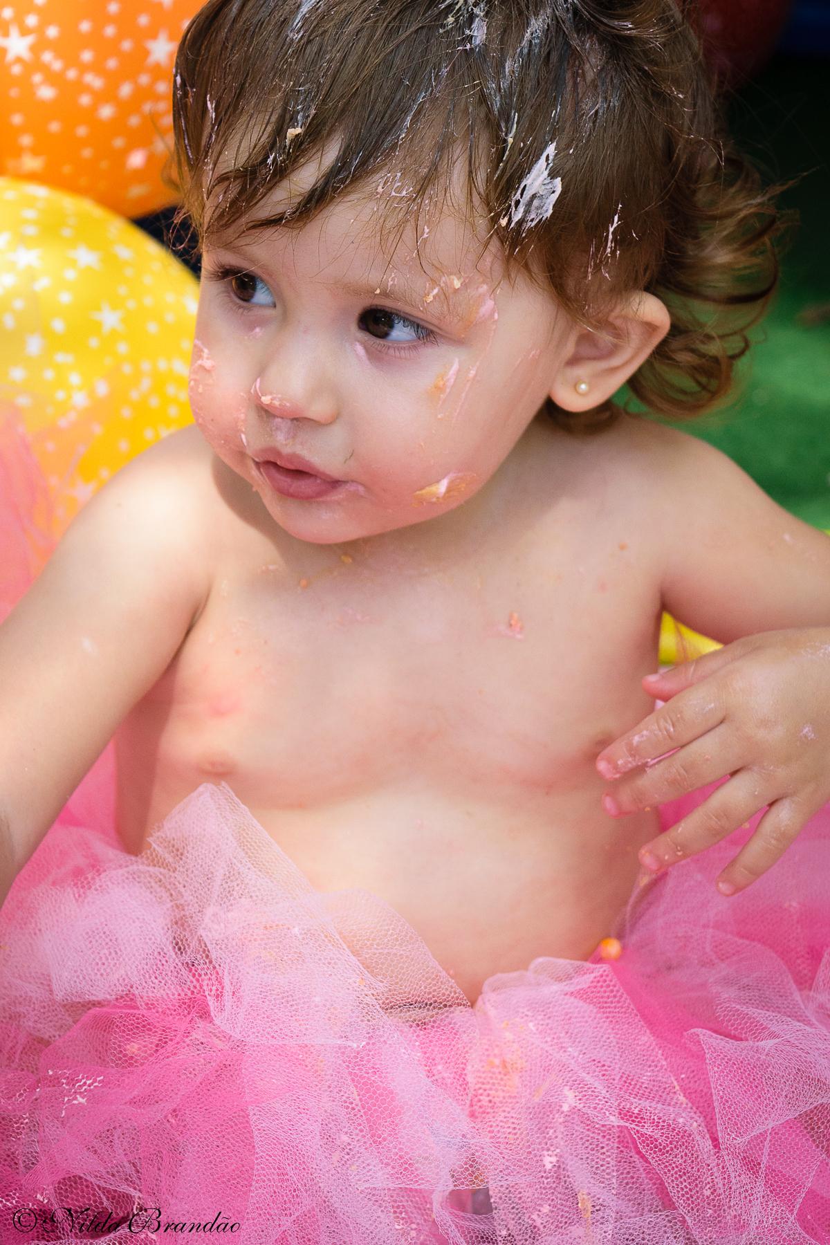 Bebê menina em ensaio smash the cake, hora de se lambuzar