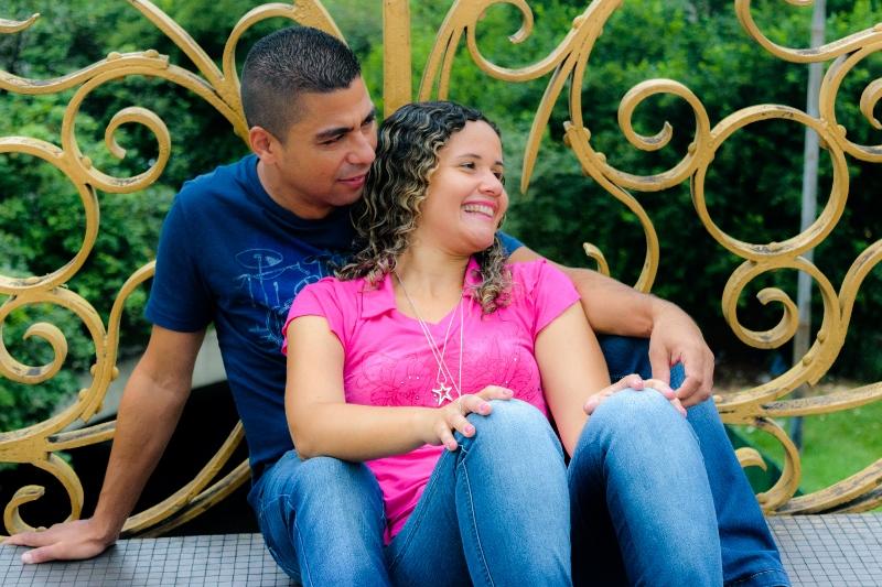 Casal sentado no viaduto santa efigencia em São Paulo