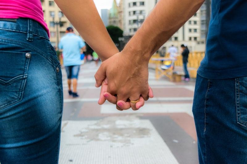Casal de mãos dadas caminhando no viaduto santa efigenia em são paulo