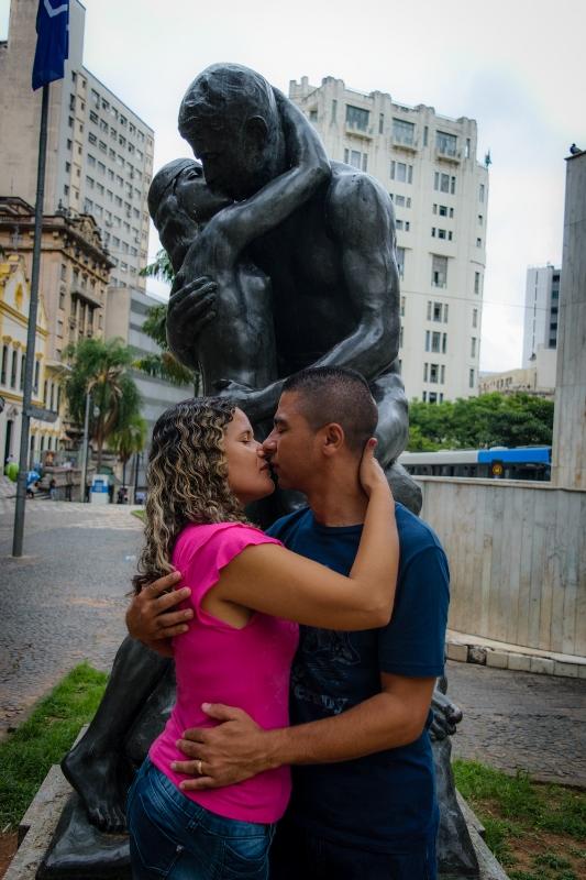Imitando beijo apaixonado de estátua famosa no centro de São Paulo