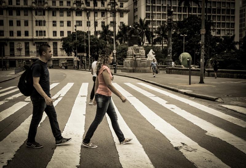 Casal atravessa a rua em pose clássica dos beatles em São Paulo