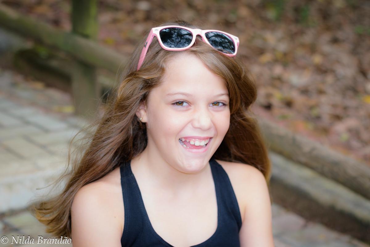 Menina usando óculos de sol