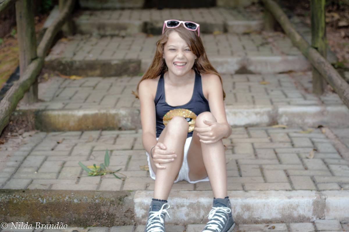 menina sentada na escada