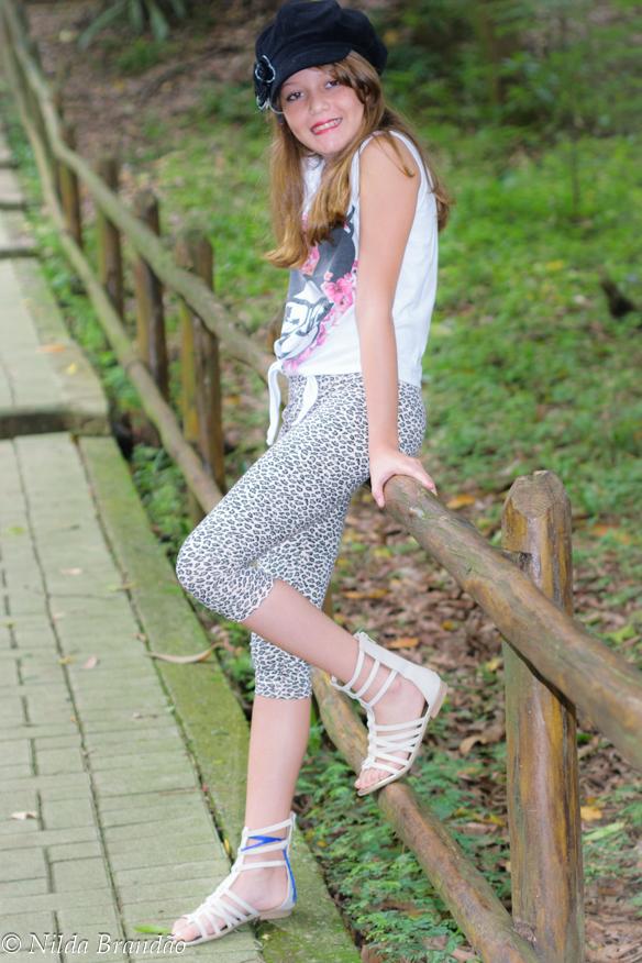 Menina de pé em passarela de madeira