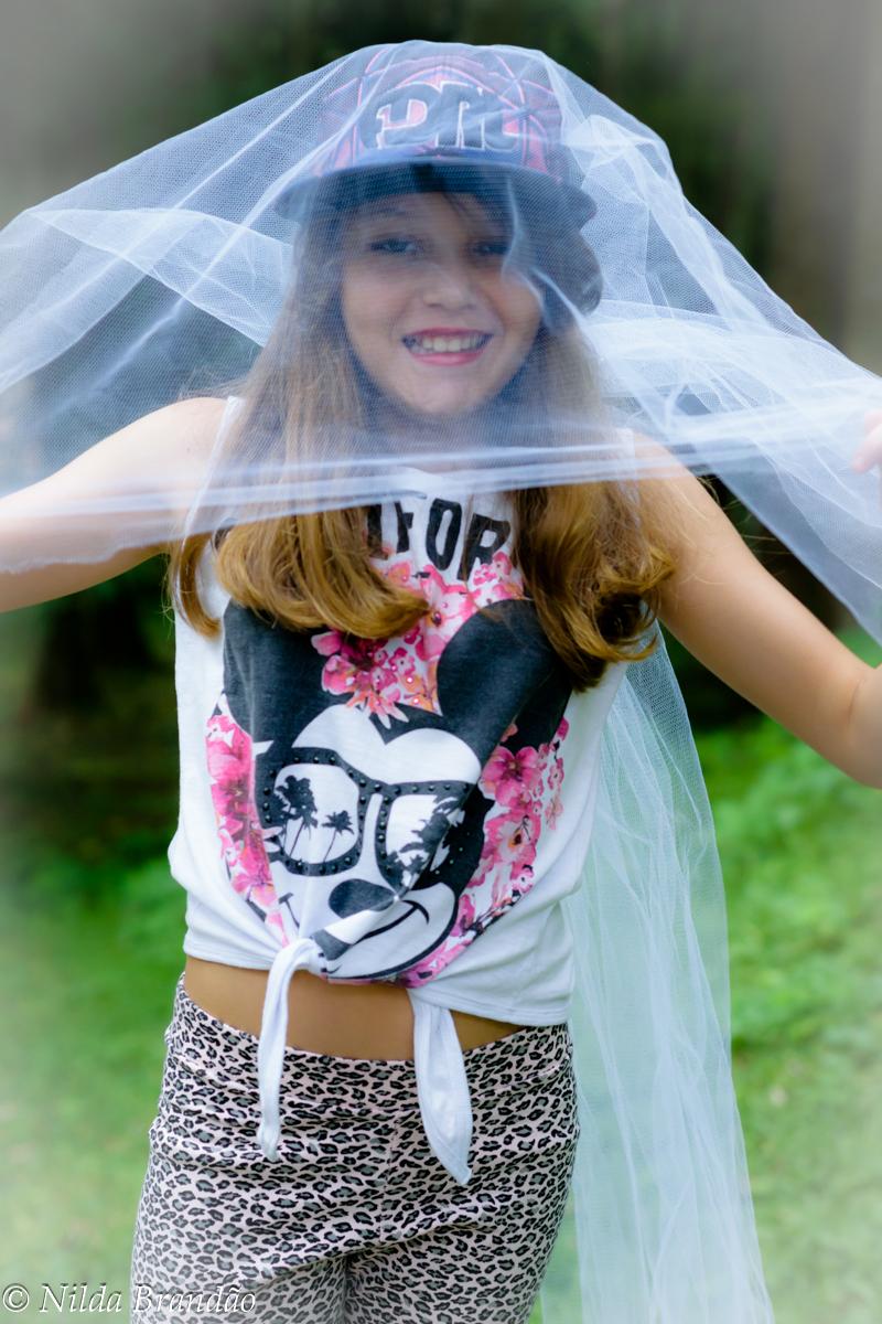 Menina sorrindo usando véu
