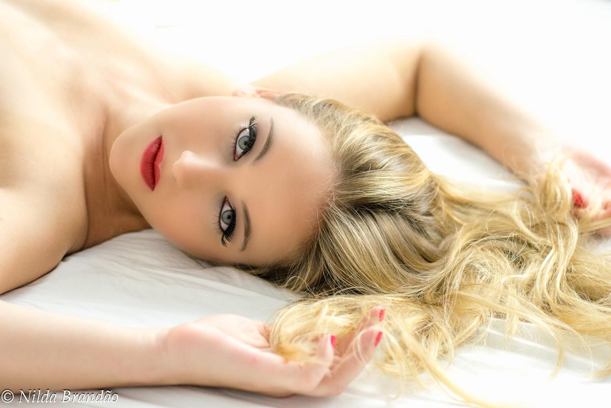 Sensualidade e encantamento nessa fotografia, os loiros cabelos soltos e o olhar sedutor demonstram toda a sensualidade da mulher brasileira
