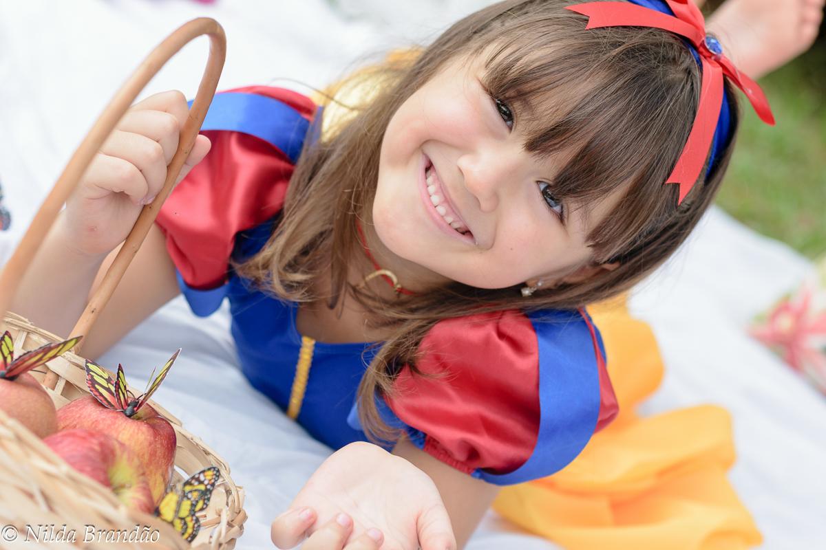 Menina com sua cesta de maçãs