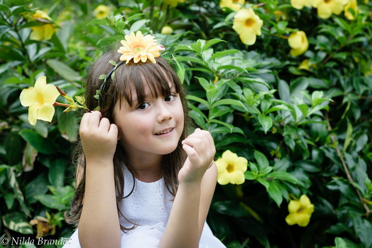 Menina se enfeita de flores amarelas