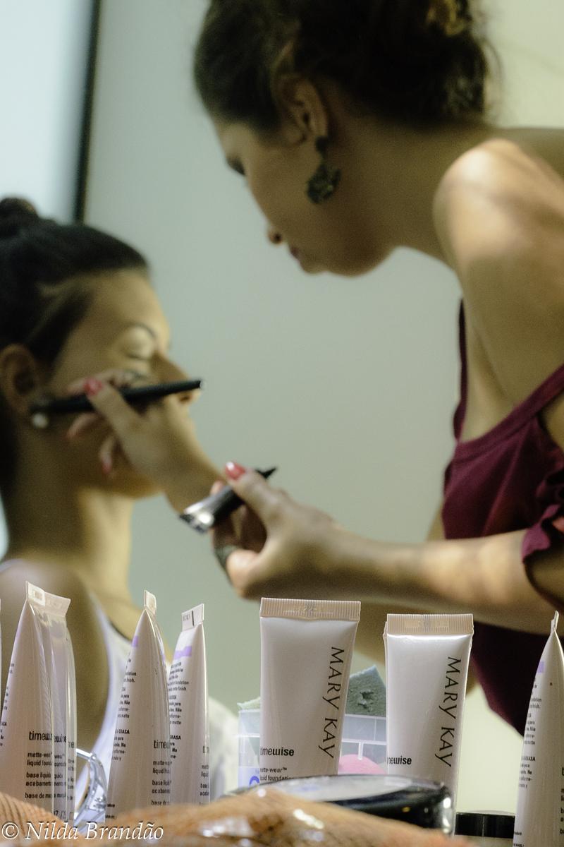 Detalhe de produtos de maquiagem usados pela Shirlen para preparar suas modelos para o portfolio