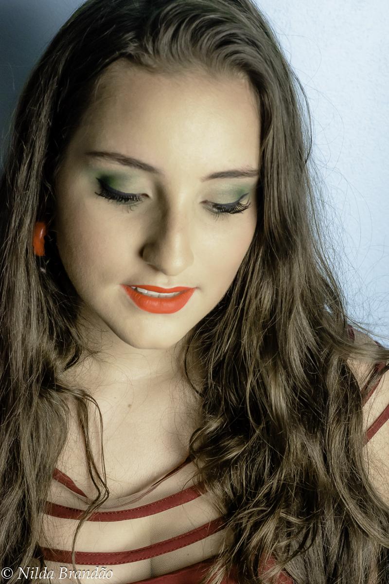 Maquiagem verdade realça os olhos da modelo.