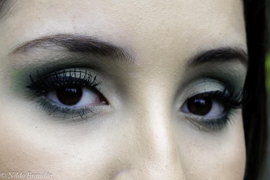 Detalhe da maquiagem com sombra verde