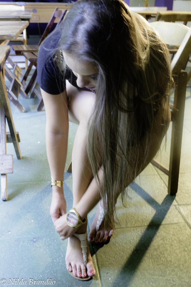 Arrumando a sandália antes do ensaio fotografico