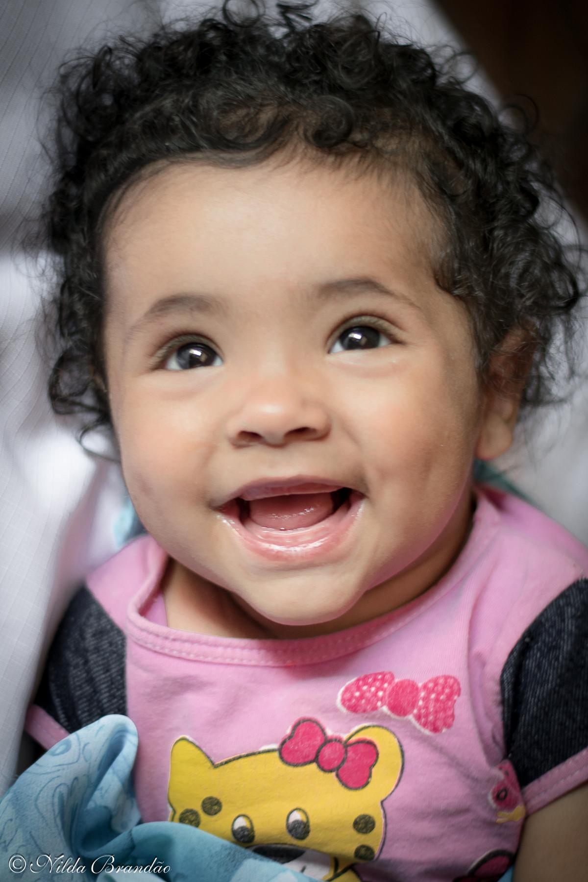 Bebê menina sorrindo é lindo