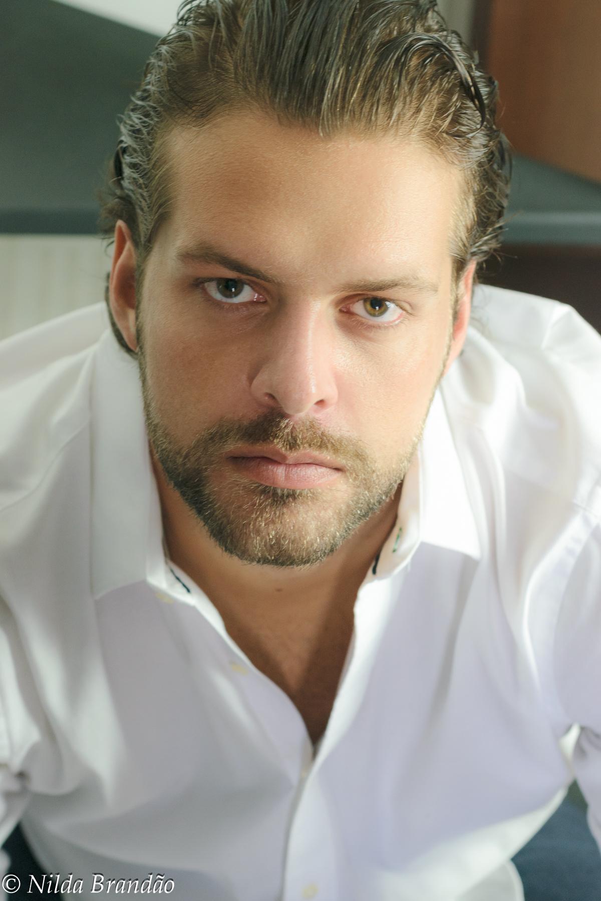 Retrato de ensaio masculino, usando camisa branca, a barba e o cabelo molhado dão o charme nessa imagem.