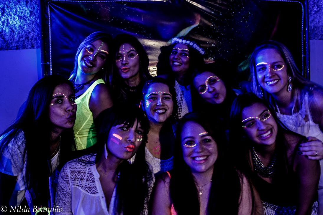 Todos maquiados com tinta fluorescente para brilhar na festa de neon