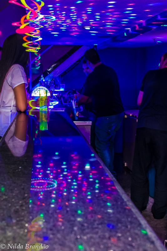Bar iluminado com luzes de neon