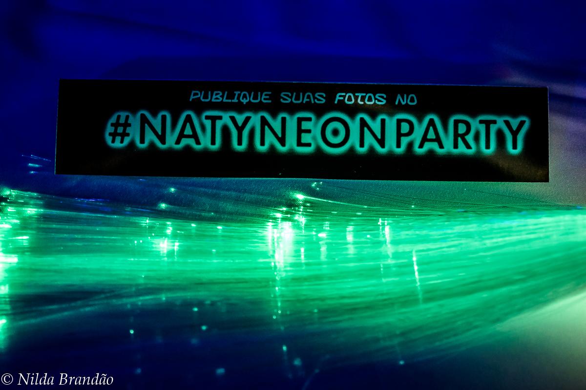 Enfeite de mesa em neon da festa da naty