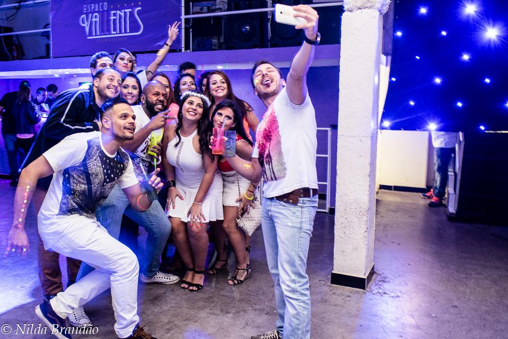 Selfie em festa não pode faltar. Amigos juntinhos para aparecer na selfie do amigo com o celular a postos