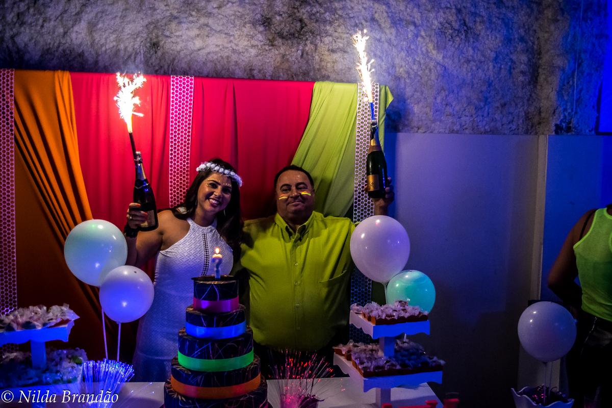 Pai e filha levantam a champanhe decorada na festa de aniversario