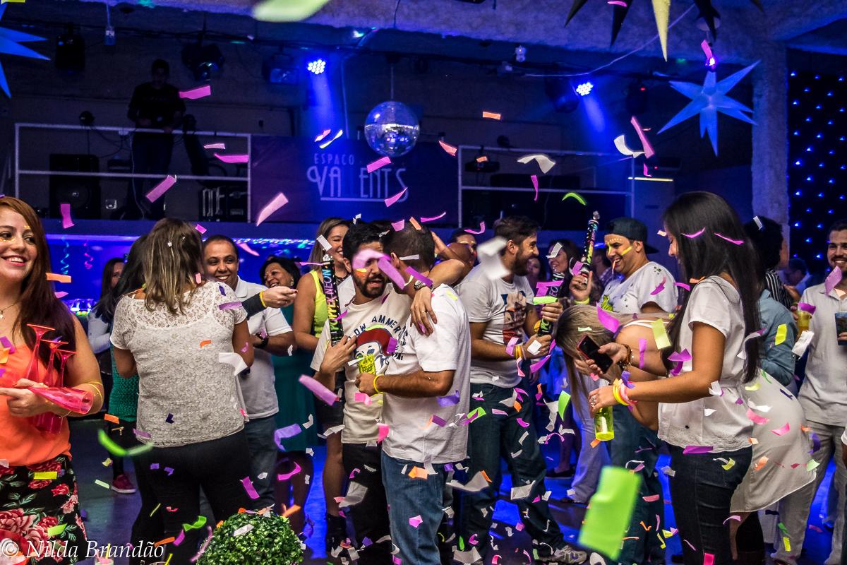 Amigos explodem confetes para comemorar o aniversario da naty